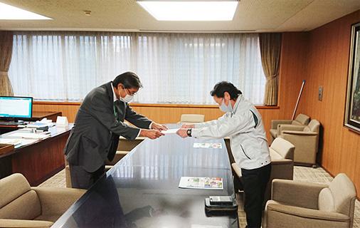 菅田工学部長より人事異動通知書の交付